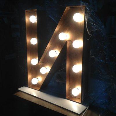 Винтажная объемная буква с цокольными лампами