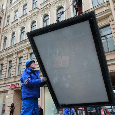 В Омске снесут почти 90 рекламных конструкций